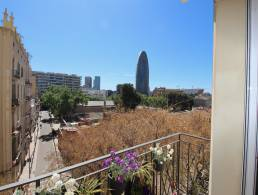 Renovated 3 bedrooms Apartment with beautiful views to Plaza Glories and Torre Agbar,
