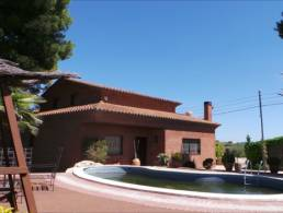 Country House in luxurious golf community with paddock, manege and extra wooden house,