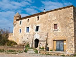 Large Masia with 19 acres - for complete renovation, in Escala,